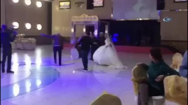 4 eşinden 30'a yakın çocuğı olan muhtar kendinden 50 yaş küçük kızla evlendi