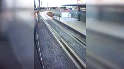 İzmit'te iki tramvay arasında kalmaktan kıl payı kurtuldu