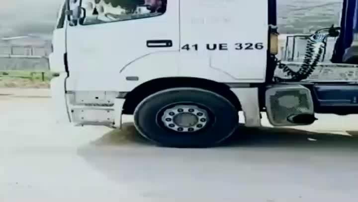 Kocaeli, Tır şoförü seyir halindeki aracından inip yol ortasında halay çekti