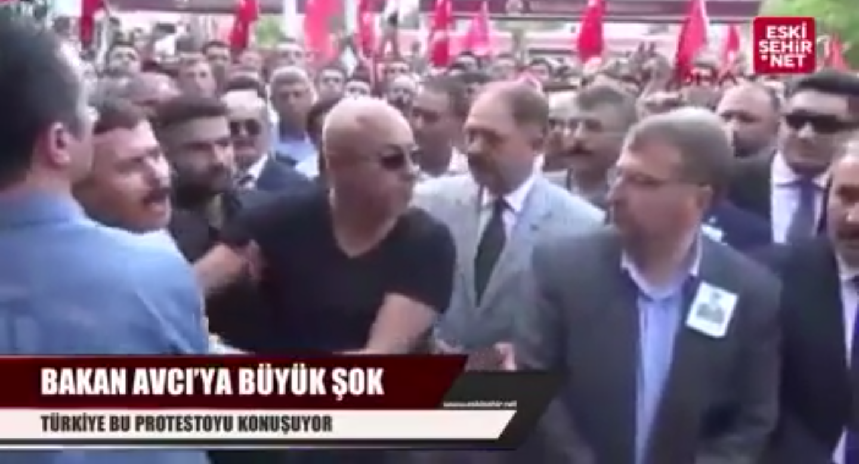 Şehit yakınından cenazede AKP'li bakana protesto!