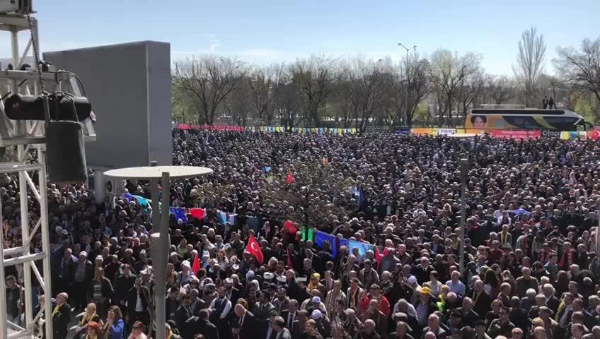 İYİ Parti kurultayında salona sığmayan binlerce kişi salon önünde