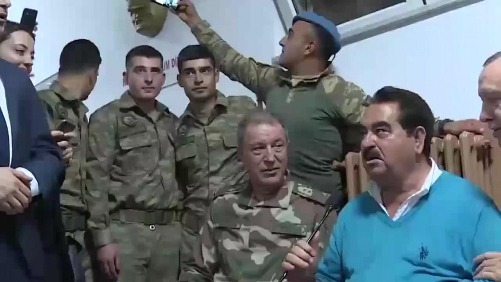 Sosyal medya Cumhurbaşkanı Erdoğan ve Hulusi Akar'la selfie çeken askeri konuşuyor