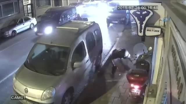 Herkesin gözü önünde motosikleti çaldılar